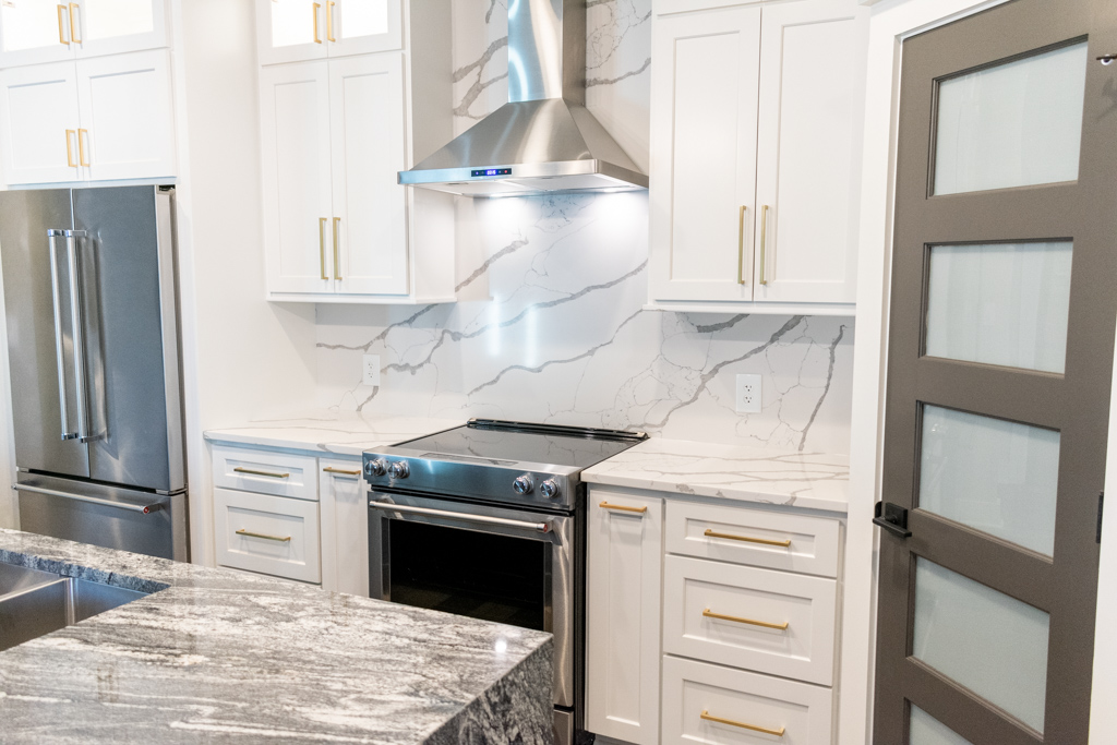 Kitchen utilizing Sponda Quartz countertops and backsplash.